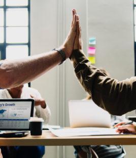 10 tekens die erop wijzen dat jij en je collega friends for life zijn