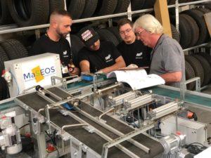 Bert (à gauche) et ses collègues reçoivent une explication de leur formateur. © ManpowerGroup Belgium